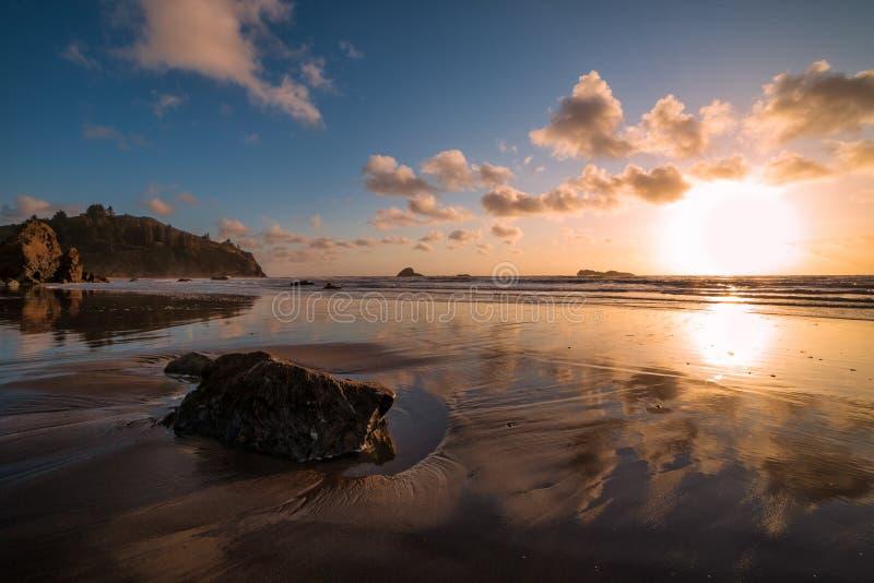 Rocky Beach Landscape bei Sonnenuntergang, Trinidad, Kalifornien lizenzfreies stockfoto
