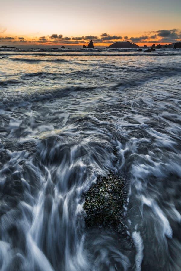 Rocky Beach Landscape bei Sonnenuntergang, Trinidad, Kalifornien lizenzfreie stockbilder