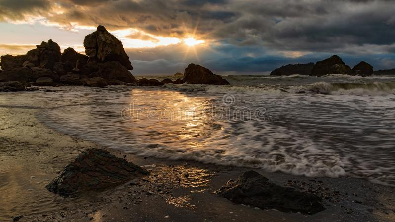 Rocky Beach Landscape bij Zonsondergang, Humboldt-Provincie, Californië stock foto's