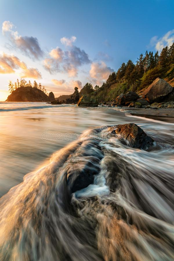 Rocky Beach Landscape bij Zonsondergang, Humboldt-Provincie, Californi? royalty-vrije stock afbeelding