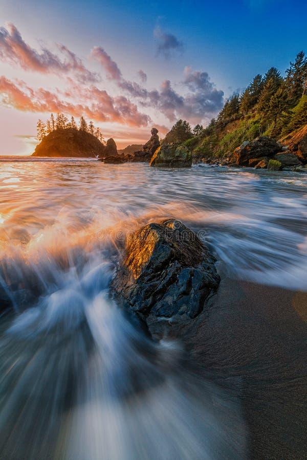 Rocky Beach Landscape bij Zonsondergang, Humboldt-Provincie, Californi? stock fotografie
