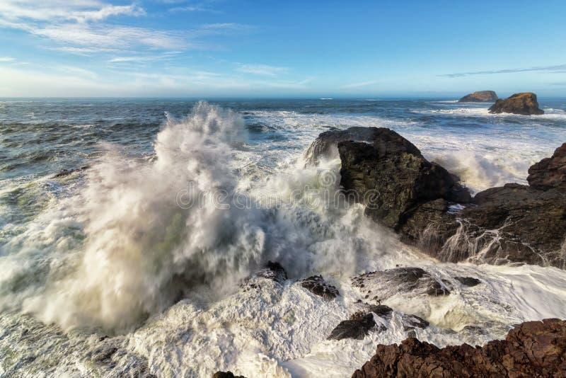 Rocky Beach Landscape met Reusachtige Golven die op de Kust verpletteren stock foto's