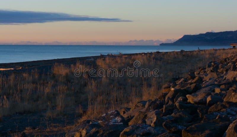 Rocky Breakwater con gamma d'Alasca nel fondo immagine stock libera da diritti