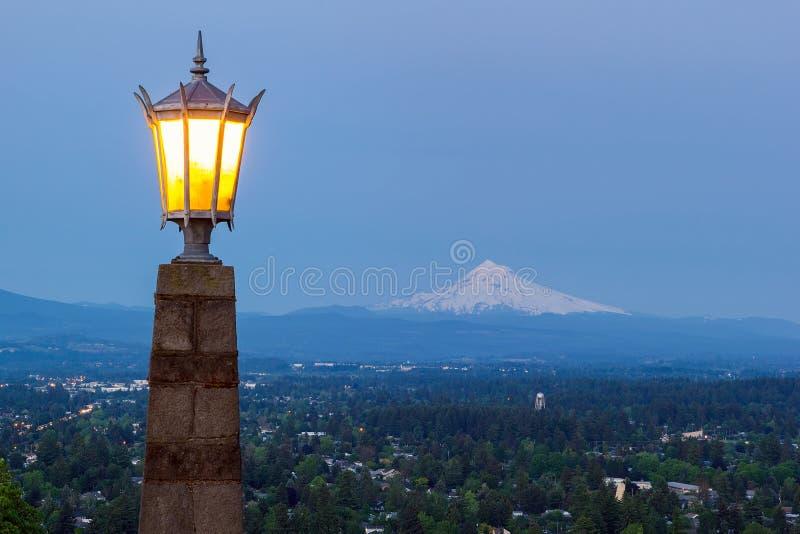 Rocky Butte Viewpoint met Onderstelkap tijdens het Gelijk maken van Blauw Uur royalty-vrije stock afbeeldingen