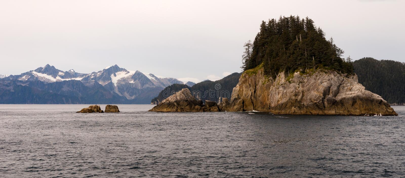 Rocky Buttes Mountain Range Gulf od Alaska North Pacific hav royaltyfria bilder
