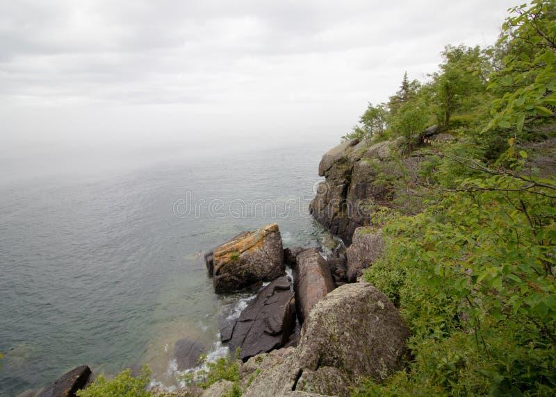 Rocky Cliff sur le lac Supérieur photographie stock