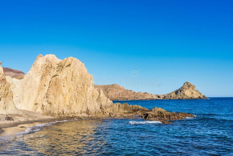 Rocky Coast di Cabo de Gata Nijar Park, Almeria, Spagna fotografie stock libere da diritti