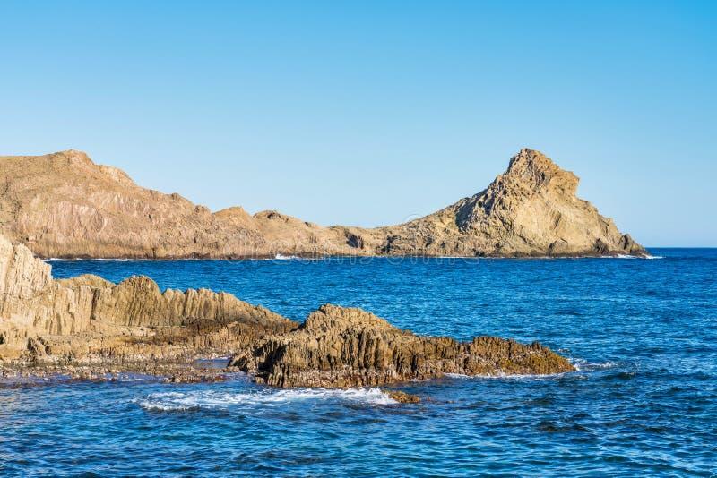 Rocky Coast di Cabo de Gata Nijar Park, Almeria, Spagna fotografia stock libera da diritti