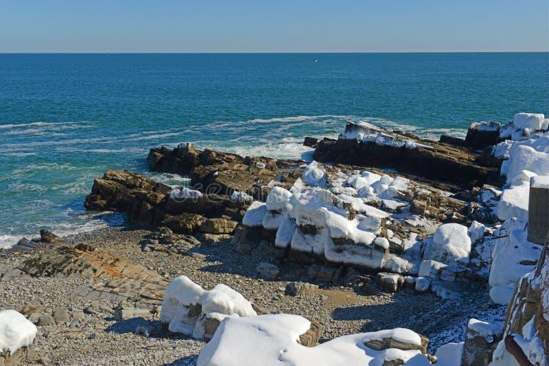 Rocky Coast på den Casco fjärden nära Portland, Maine, USA royaltyfri foto
