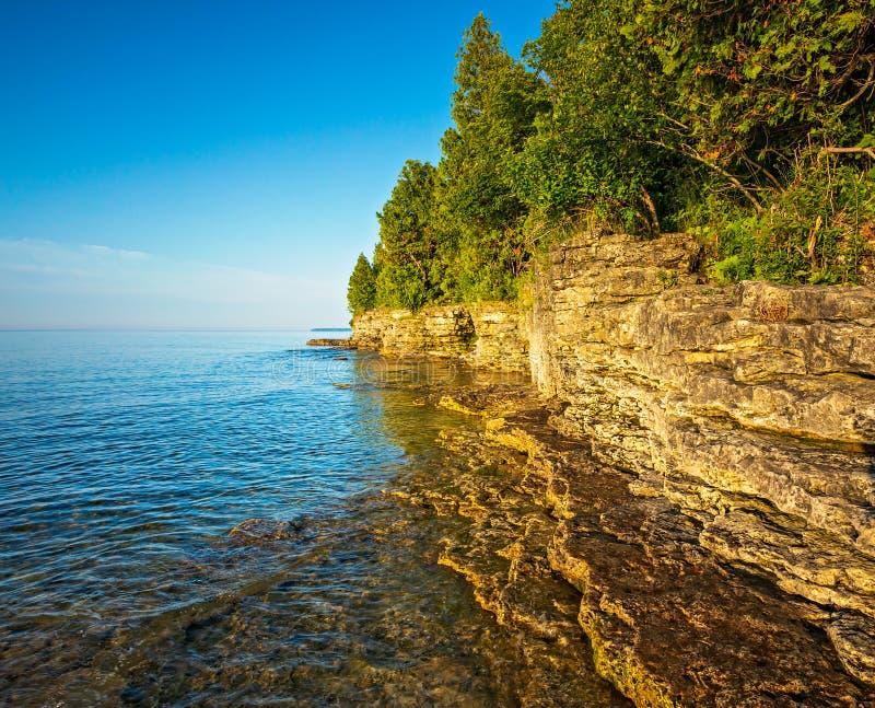 Rocky Coast på grottapunkt på Lake Michigan royaltyfri foto