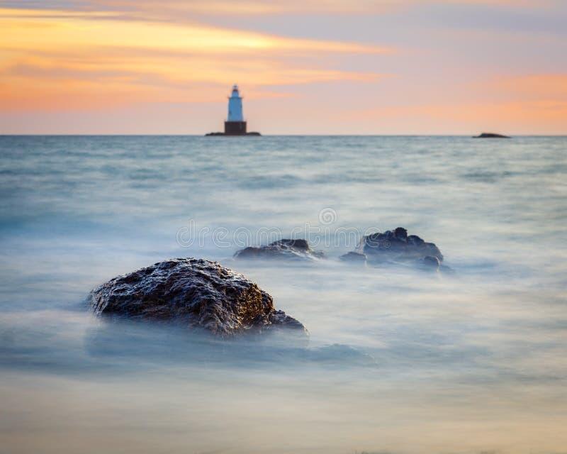 Rocky Coastal Lighthouse Seascape au coucher du soleil images libres de droits