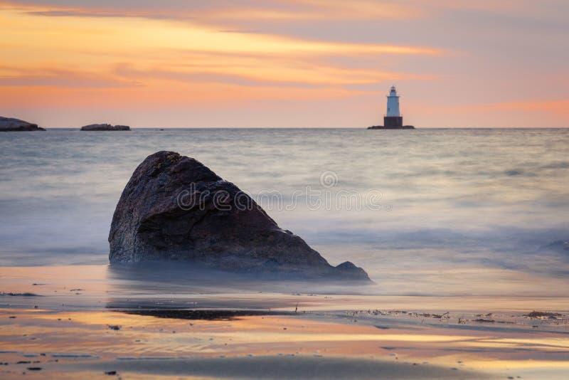 Rocky Coastal Lighthouse Seascape au coucher du soleil photo libre de droits
