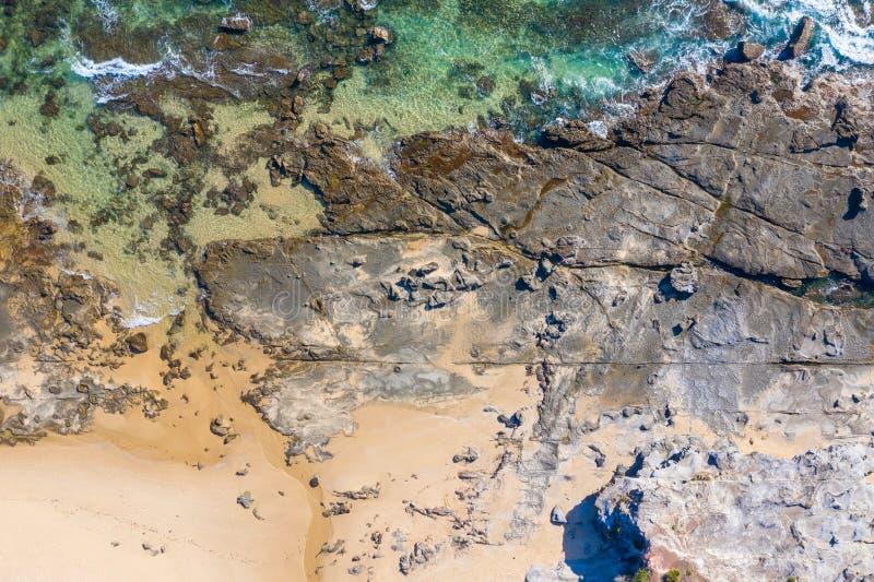 Rocky Coastline - Dudley Beach - Newcastle Australien lizenzfreie stockfotos