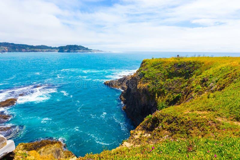 Rocky Coastline Mendocino Bay Cliffs-Ozean H lizenzfreie stockfotos