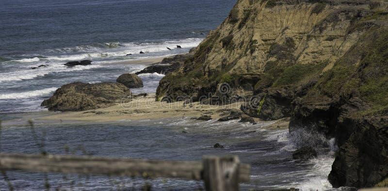 Rocky Coastline på Half Moon Bayen i Kalifornien arkivfoton