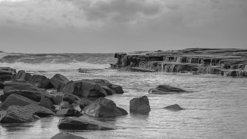 Rocky Daybreak Seascape in Zwart-wit royalty-vrije stock afbeelding