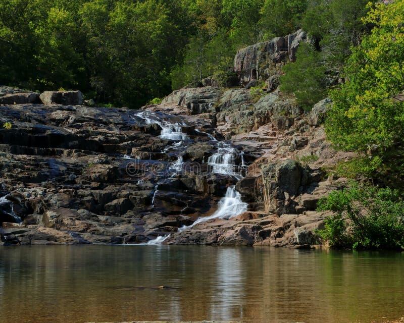 Rocky Falls parkerar i Missouri arkivbild