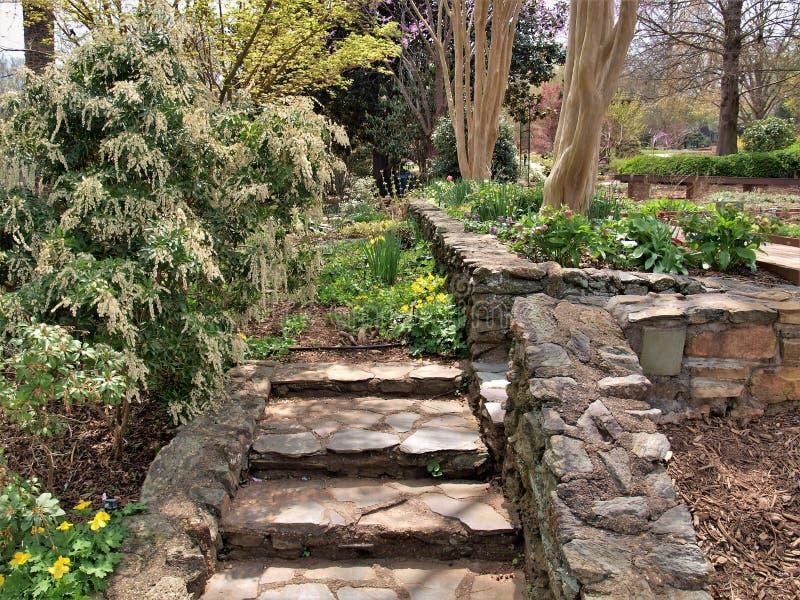 Rocky Garden Steps y paredes imagenes de archivo