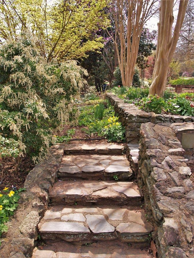 Rocky Garden Steps y paredes fotos de archivo libres de regalías