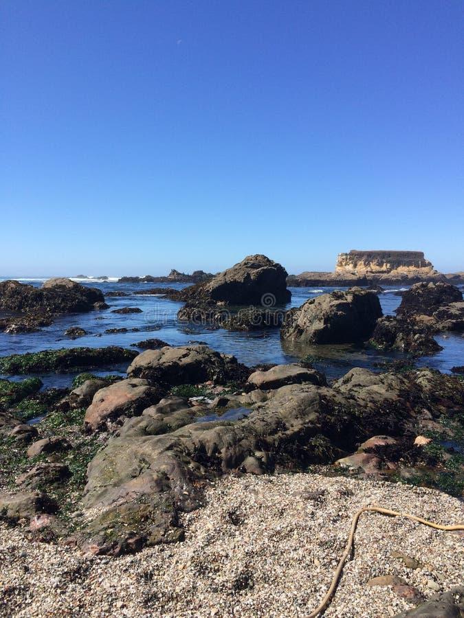 Rocky Glass Beach, Fort Bragg, Kalifornien lizenzfreie stockfotografie