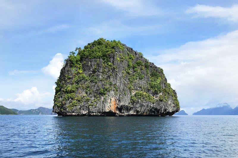 Rocky Granite Island i Filippinerna för El Nido Palawan fotografering för bildbyråer