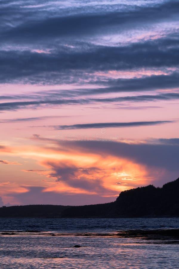 Rocky Harbour på solnedgången i Newfoundland royaltyfri fotografi