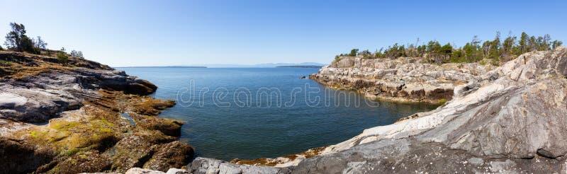 Rocky Island perto de Powell River, costa da luz do sol fotografia de stock