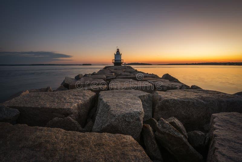 Rocky Jetty que conduz para o ponto Ledge Lighthouse da mola fotografia de stock royalty free