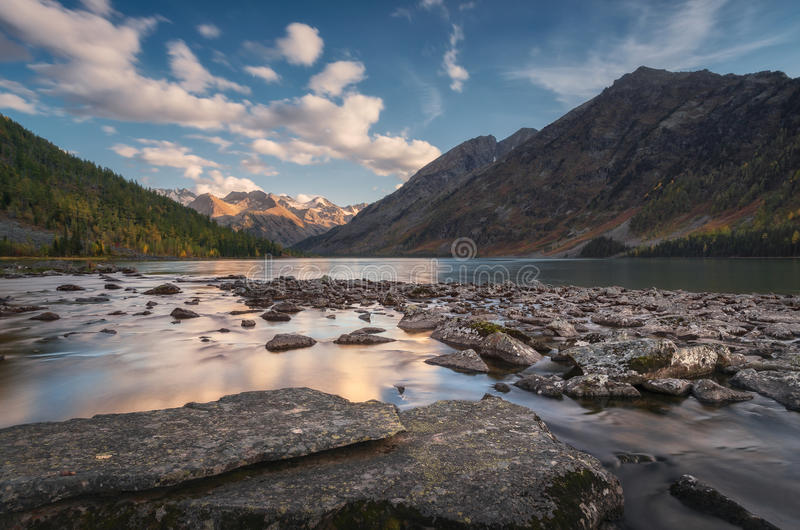 Rocky Lake Surrounded With Mountains sob o céu azul, natureza Autumn Landscape Photo das montanhas das montanhas de Altai fotografia de stock royalty free