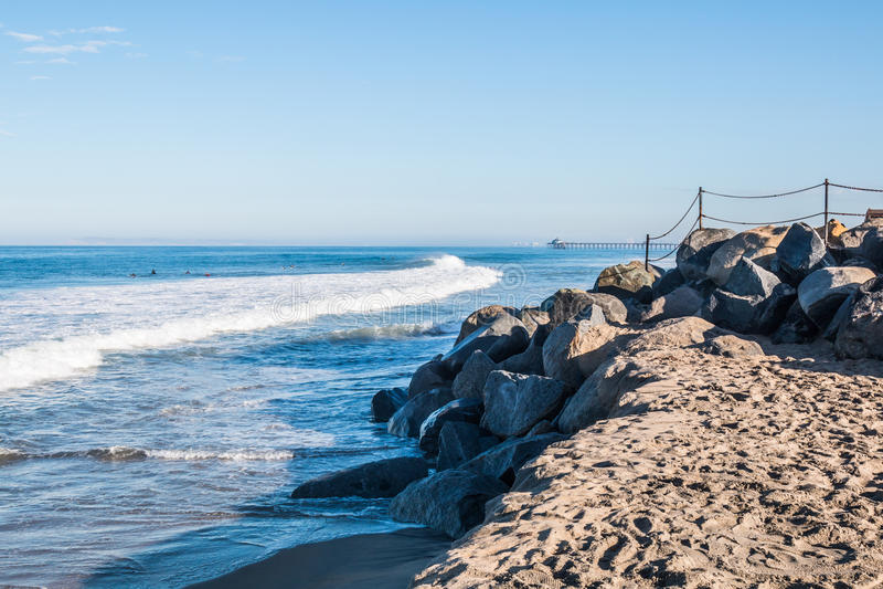 Rocky Landscape med den imperialistiska strandfiskepir i bakgrund royaltyfria foton