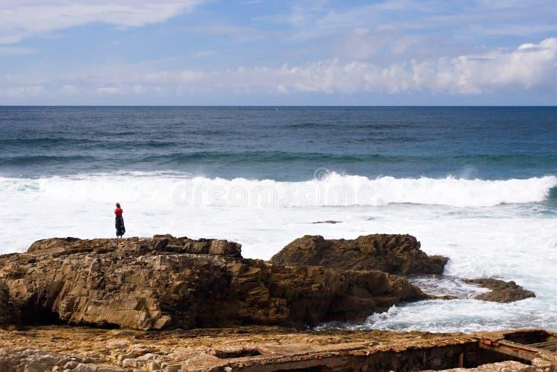 rocky linię brzegową kobieta obrazy stock