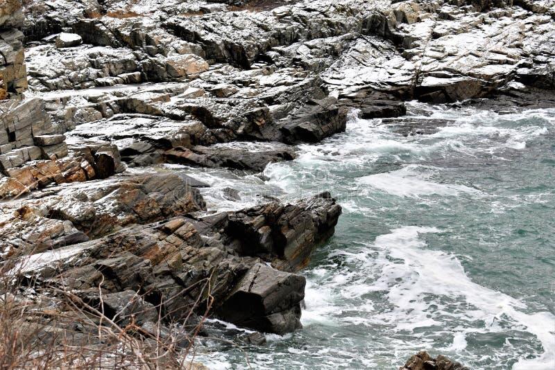Rocky Maine Shoreline langs Fort Williams op Kaap Eiizabeth, de Provincie van Cumberland, Maine, Verenigde Staten New England de  stock fotografie