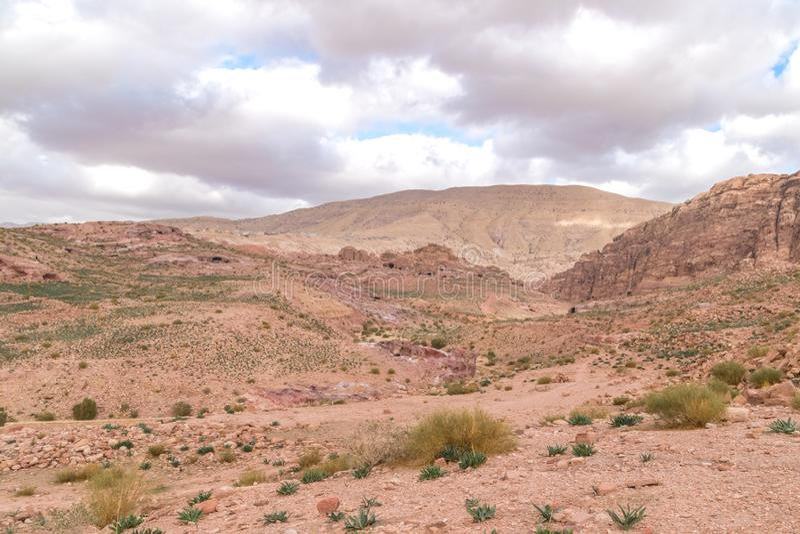 Rocky Mounds och kullar i röda Rose City som är bekant som Petra i Jordanien arkivfoto