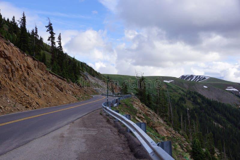 Rocky Mountain Road lungo il passaggio di indipendenza fotografie stock