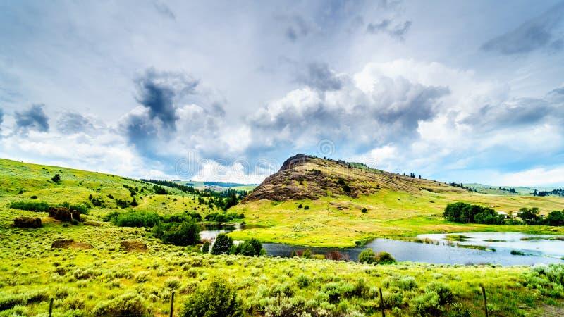 Rocky Mountain und Rolling Hills in Nicola Valley im Britisch-Columbia, Kanada stockfotografie