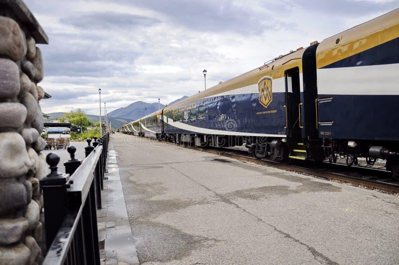Rocky Mountaineer Train en Jasper Station fotografía de archivo