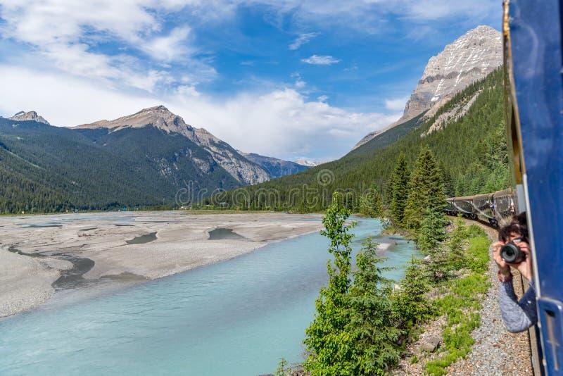 Rocky Mountaineer-trein die door Rocky Mountains reizen royalty-vrije stock foto's