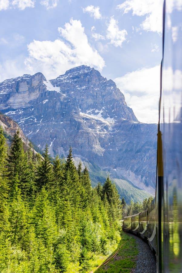 Rocky Mountaineer-trein die door Rocky Mountains reizen royalty-vrije stock afbeelding
