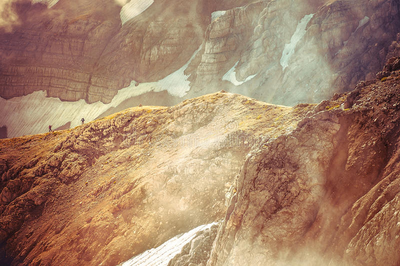 Rocky Mountains avec la neige de glacier et la silhouette de randonneurs au-delà photographie stock libre de droits
