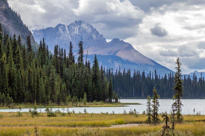 Rocky Mountains avec la neige fraîche, tour au-dessus d'Emerald Lake, AVANT JÉSUS CHRIST images libres de droits