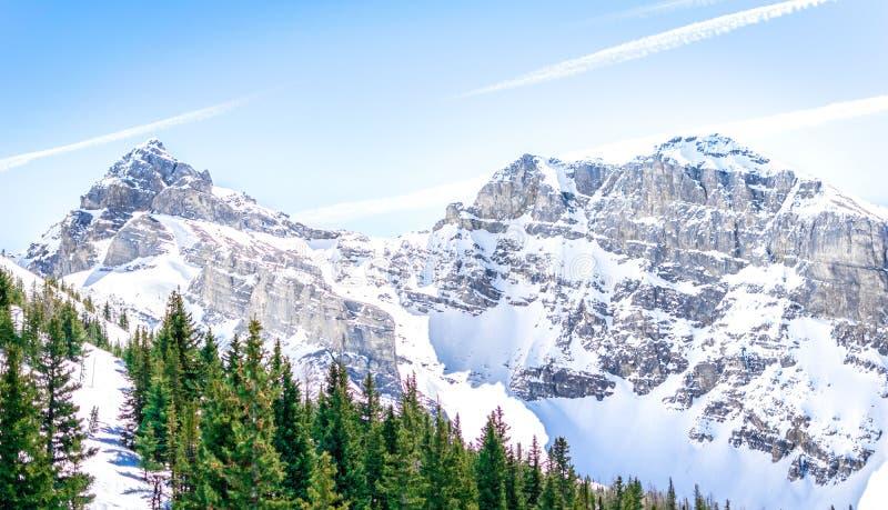 Rocky Mountains cobriu em Sun fotos de stock royalty free
