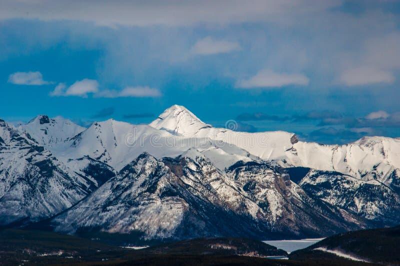 Rocky Mountains com o townsite de Banff abaixo no nacional de Banff fotografia de stock