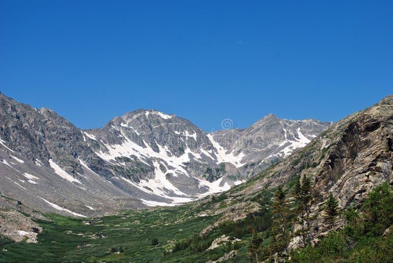 Rocky Mountains im Juli stockfotografie