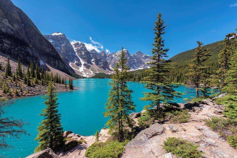 Rocky Mountains - lago moraine en el parque nacional de Banff de Canadá imágenes de archivo libres de regalías