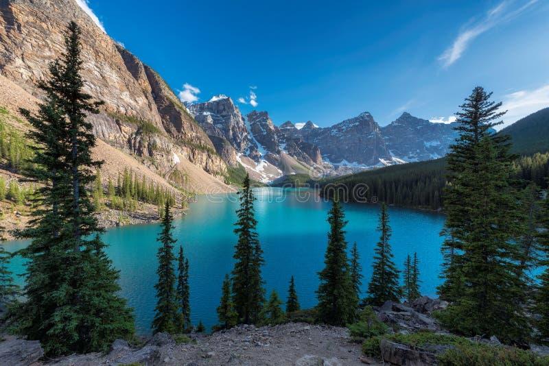 Rocky Mountains - lago moraine no por do sol no parque nacional de Banff de Canadá imagem de stock royalty free