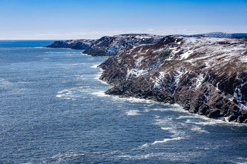 Rocky Newfoundland och labradorkustlinje på solig dag royaltyfria foton