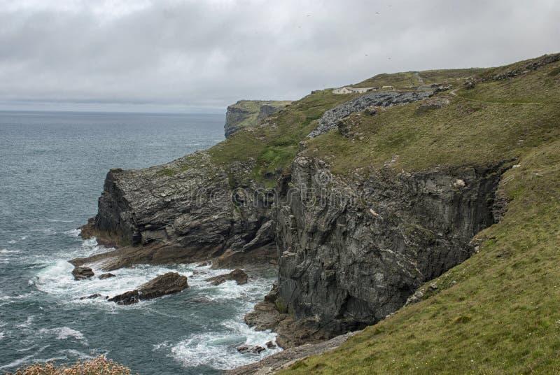 Rocky North Coast nära den Trebarwith tråden royaltyfri fotografi
