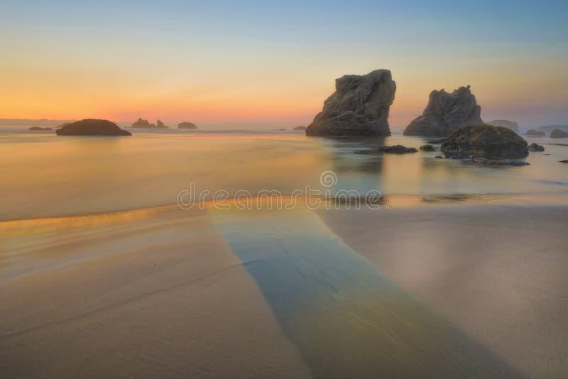 Rocky Oregon Coast på solnedgången arkivfoton