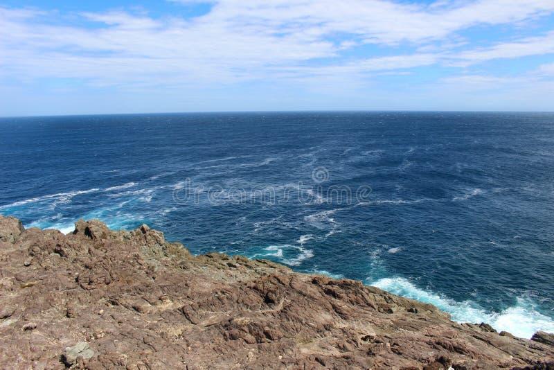 Rocky Outcrop áspero no Atlântico imagens de stock royalty free