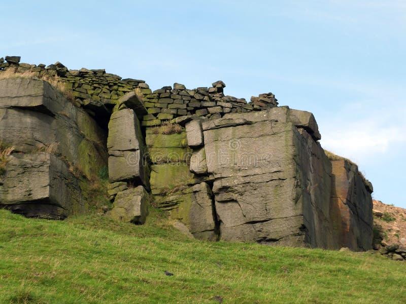 Rocky outcrops los cantos rodados y las paredes de piedra en la paramera de Yorkshire fotos de archivo libres de regalías